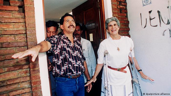 Violeta Chamorro nach ihrem Wahlsieg 1990 mit Ortega