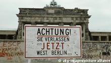 5-B1-D1-1986-19 (668267) Berlin, Brandenburger Tor / Foto Berlin, Brandenburger Tor (1788-91 erbaut von C.G. Langhans). - Ansicht mit Warnschild 'Achtung ! Sie verlassen jetzt West Berlin' im Vordergrund. - Foto, undat. (1980er Jahre). E: Brandenburg Gate / Berlin Wall / Photo Berlin, Brandenburg Gate (built from 1788-91 by C.G. Langhans). - The Wall at the Brandenburg Gate with the warning sign, 'Achtung! Sie verlas- sen jetzt West Berlin' (Attention! You are now leaving West Berlin'. - Photo, undated 1980s.