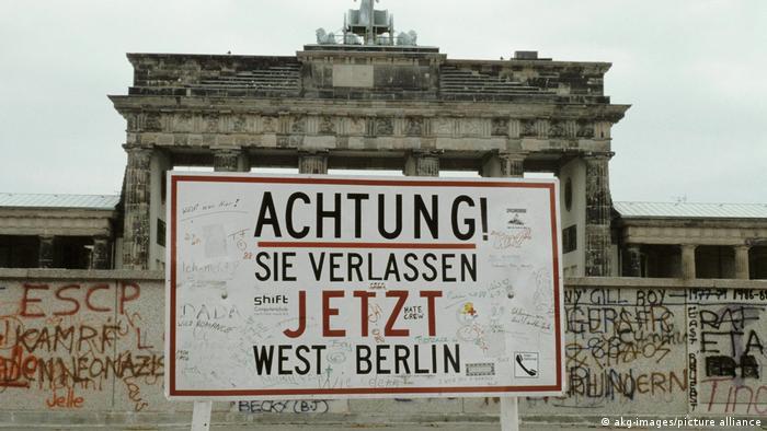 Atención. Aqui abandona usted Berlín occidental. Una imagen de los años 80