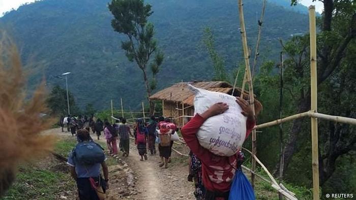 Myanmar flüchtige Dorfbewohner zwischen Junta Truppen und Anti-Junta-Kämpfern