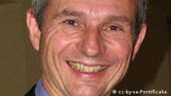 David Roy Lidington (born 30 June 1956) is a British Conservative Party politician, who has been Member of Parliament for Aylesbury since 1992. He is currently a Minister of State at the Foreign & Commonwealth Office, with responsibility for Europe[1]. David Lidington in November 2007 Quelle: wikipedia