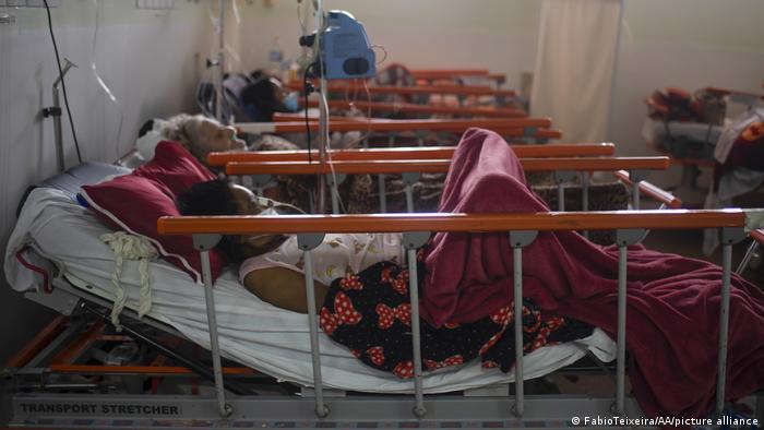 Pessoas recebem tratamento em leitos de uma UTI no Rio de Janeiro. Com 52.911 novos casos de covid-19 em 24 horas, o total de infecções no Brasil chegou a 17.037.129. O país é o segundo do mundo com mais mortes, atrás apenas dos Estados Unidos É ainda o terceiro com mais casos confirmados, depois dos EUA e da Índia. (08/06)