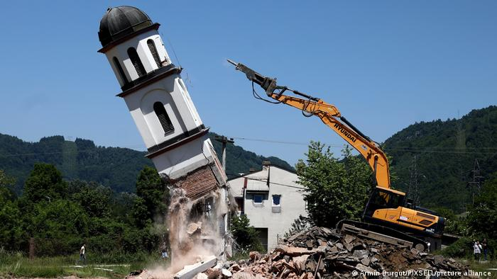 Ein Bagger bringt den Kirchturm auf dem umstrittenen Grundstück in Konjevic Polje zum Einsturz