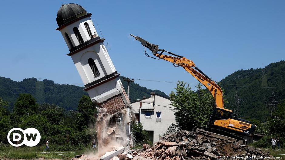 Uklonjena crkva iz dvorišta Fate Orlović | Politika | DW | 06.06.2021