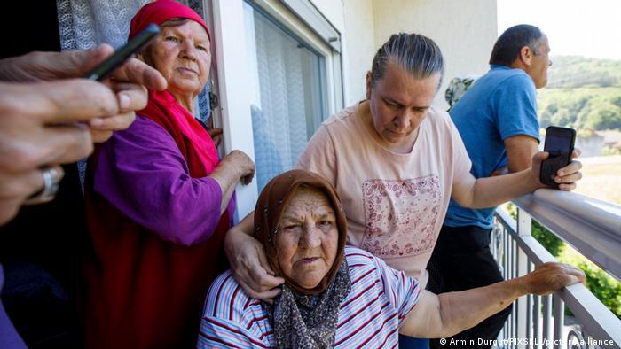 Fata Orlovic (78) beobachtet die Abrissarbeiten