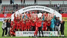 Deutschland Fußball Bundesliga Bayern München vs Eintracht Frankfurt Deutscher Meister Trophäe