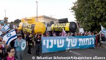 Israelische Demonstranten marschieren während einer Demonstration gegen den israelischen Premierminister Benjamin Netanjahu vor der Knesset. Auf dem Transparent steht in Hebräisch: Winds of change. +++ dpa-Bildfunk +++