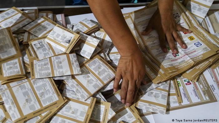 Foto de una persona que cuenta votos luego del cierre de los centros electorales en México