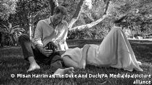 Dieses von Archewell herausgegeben undatierte Foto zeigt den britischen Prinz Harry und seine Frau Herzogin Meghan in einer romantischen Pose in einem Park. Prinz Harry und seine Ehefrau, Herzogin Meghan, erwarten ihr zweites Kind. Das Paar sei überglücklich, zitierte die Nachrichtenagentur PA am Sonntagabend einen Sprecher des Paares. +++ dpa-Bildfunk +++