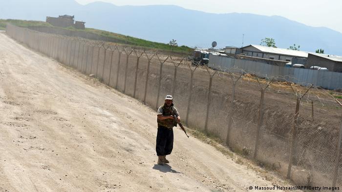 Bildergalerie Truppenabzug Afghanistan | afghanische Wache Bundeswehr 2013