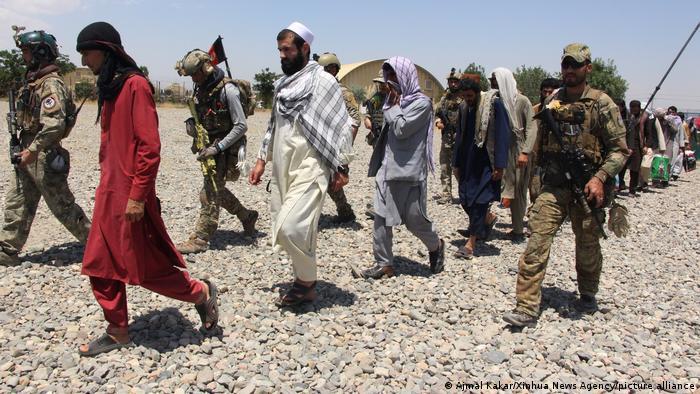 طالبان کسانی را که با نیروهای خارجی همکاری داشتهاند بردگان مهاجمان مینامند. نیروهای این گروه افراطی در سالهای گذشته دهها افغان را به همین اتهام مورد شکنجه قرار داده یا کشتهاند. یگان ویژه ارتش افغانستان بارها برای رهاندن این افراد از اردوگاههای طالبان وارد عمل شده است.