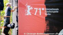 Ein Veranstaltungstechniker befestigt auf der Museumsinsel eine Plane mit der Aufschrift «71. Internationale Filmfestspiele Berlin» auf der Rückseite einer Großbildleinwand. Das Berlinale Summer Special wird am 9. Juni 2021 feierlich auf der Museumsinsel eröffnet. Am 13. Juni 2021 findet die Preisverleihung der bereits im März 2021 von den offiziellen Jurys entschiedenen Preise statt. +++ dpa-Bildfunk +++