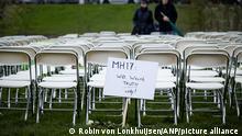 2020-03-08 11:09:01 Angehörige der Opfer des Absturzes mit Flug MH17 protestieren am 08. März 2020 vor der russischen Botschaft in Den Haag, Niederlande. Die Gruppe stellte 298 freie Plätze vor der Botschaft ein. Alle 298 Passagiere wurden bei dem Absturz getötet, darunter 196 Holländer. ANP ROBIN VON LONKHUIJSEN
