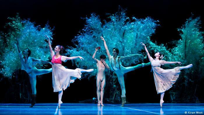 Szene aus dem Film Ein Sommernachtstraum: Fünf Tänzer auf der Bühne