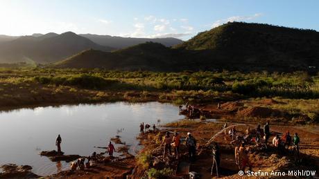 Mit einfachen Mitteln waschen Menschen in einer Bucht in der Provinz Manica in Mosambik Gold aus