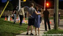 """*** Dieses Bild ist fertig zugeschnitten als Social Media Snack (für Facebook, Twitter, Instagram) im Tableau zu finden: Fach """"Images"""" —> Weltspiegel/Bilder des Tages *** 07.06.21 *** People and members of the media are seen at a makeshift memorial at the fatal crime scene where a man driving a pickup truck jumped the curb and ran over a Muslim family in what police say was a deliberately targeted anti-Islamic hate crime, in London, Ontario, Canada June 7, 2021. REUTERS/Carlos Osorio"""