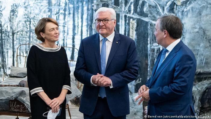 Frank-Walter Steinmeier mit seiner Frau Elke Büddenbender und NRW-Ministerpräsident Armin Laschet bei der Ausstellungseröffnung