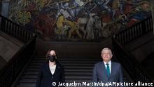 Kamala Harris (l), Vizepräsidentin der USA, wird von Andres Manuel Lopez Obrador (r), Präsident von Mexiko, im Präsidentenpalast empfangen. +++ dpa-Bildfunk +++