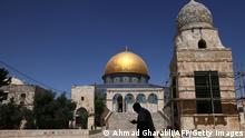 "*** Dieses Bild ist fertig zugeschnitten als Social Media Snack (für Facebook, Twitter, Instagram) im Tableau zu finden: Fach ""Images"" —> Weltspiegel/Bilder des Tages *** 08.06.21 *** TOPSHOT - A man is silhouetted outside the Dome of the Rock mosque (C) in east Jerusalem's Al-Aqsa mosques compound, Islam's third holiest site, on June 8, 2021. (Photo by AHMAD GHARABLI / AFP) (Photo by AHMAD GHARABLI/AFP via Getty Images)"