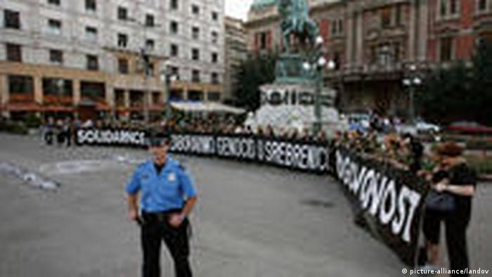 Gedenken an Völkermord von Srebrenica vor 15 Jahren (picture-alliance/landov)