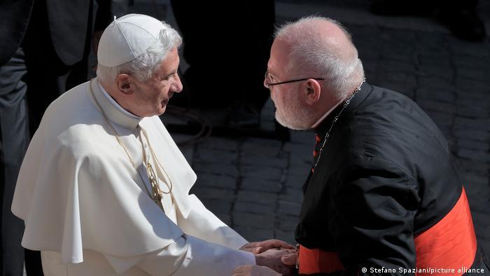 Papst Benedikt XVI und Kardinal Reinhard Marx schütteln einander die Hände