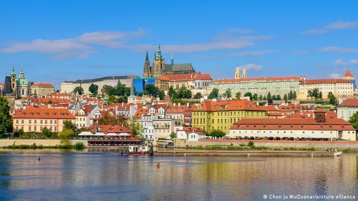 Vista de Praga con el castillo y el río.