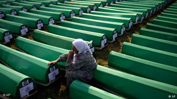 Žena plače nad žrtvama Srebrenice