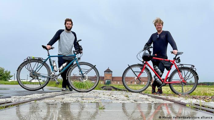 Моріц Геллер (праворуч) та Моріс Ґебгард (ліворуч) у Польщі