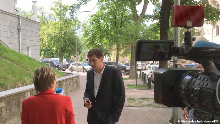 Дмитрий Гудков дает интервью DW