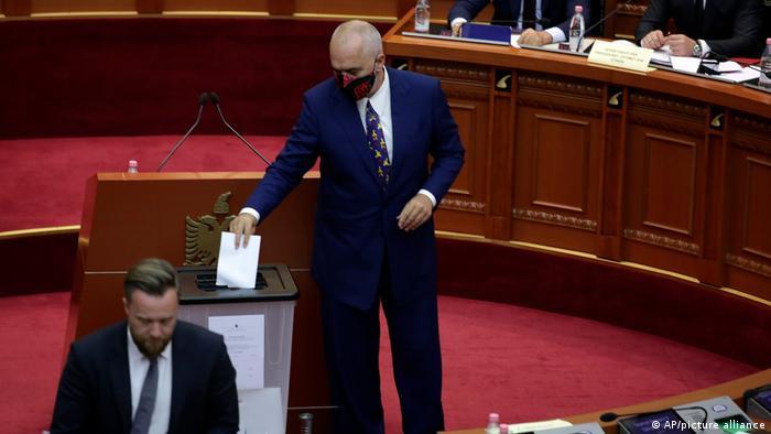 Arnavutluk Başbakanı Edi Rama Cumhurbaşkanı Meta'nın azil oylamasında oyunu kullanırken