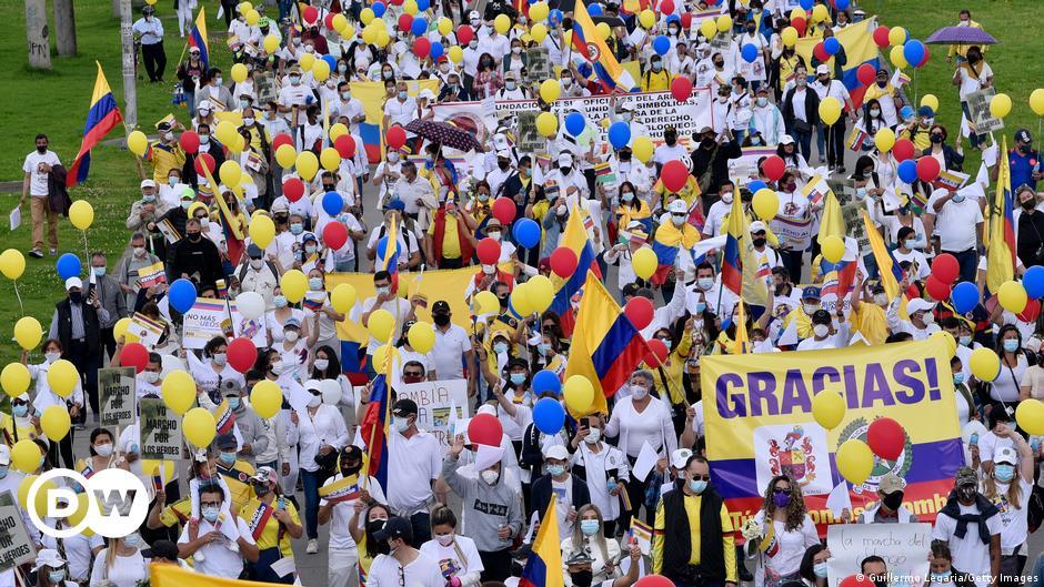 Streikgegner in Kolumbien: Wer steckt unter den weißen T-Shirts?