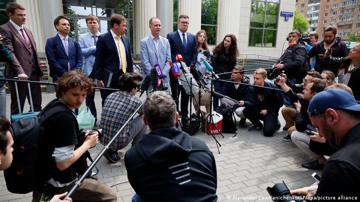 Iwan Pawlow (M), Anwalt des inhaftierten Kremlgegners Nawalny