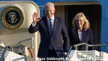 09.06.2021, Großbritannien, Mildenhall: Joe Biden, Präsident der USA, und First Lady Jill Biden steigen aus der Air Force One auf der Royal Air Force Station Mildenhall an. Foto: Joe Giddens/PA Wire/dpa +++ dpa-Bildfunk +++