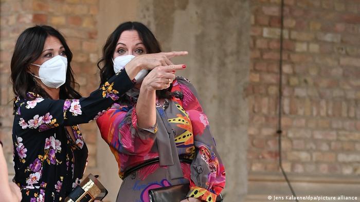 Alman oyuncular Iris Berben ve Natalia Wörner açılışa maske ile geldi