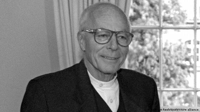 An elderly Gottfried Böhm in glasses smiles