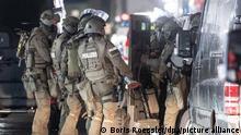 21/12/2020 Beamte eines Spezialeinsatzkommandos der Polizei stehen in der Innenstadt von Hanau in der Nähe von ihrem Einsatzort. Weite Teile der Innenstadt sind abgesperrt, die Hintergründe des Einsatzes sind noch unklar. +++ dpa-Bildfunk +++