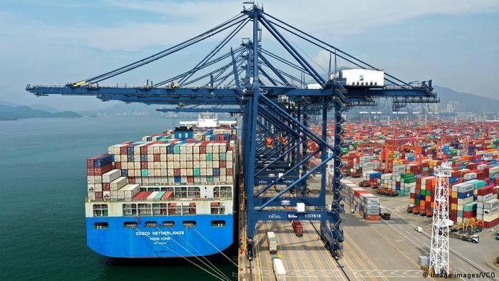 Контейнеровоз в порту Шэньчжэня