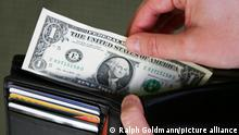 Eine Dollar-Note wird aus einer Geldbörse genommen am Freitag, 3. Januar 2013 in Washington. Der US-Dollar ( United States Dollar - USD ) ist die offizielle Währungseinheit der Vereinigten Staaten.