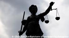 Die Justitia auf dem Gerechtigkeitsbrunnen auf dem Römerberg. Justitia stand in der römischen Mythologie für die ausgleichende Gerechtigkeit und steht in der Neuzeit für die strafende Gerechtigkeit oder das Rechtswesen an sich. (Themenbild, Symbolbild) Frankfurt am Main, 16.05.2021