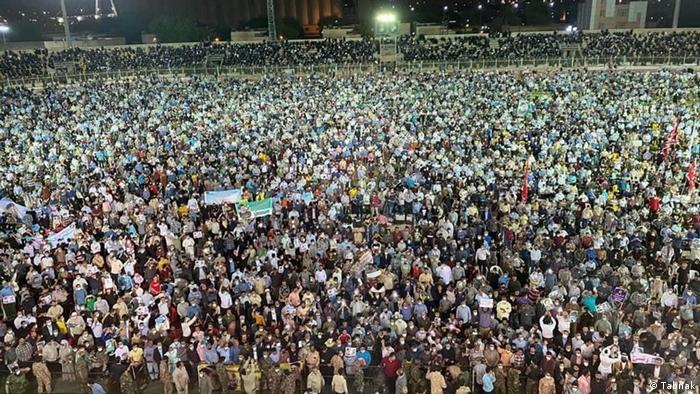 تجمع کثیر مردم که گفته میشود میتینگ انتخاباتی ابراهیم رئیسی در اهواز بوده است