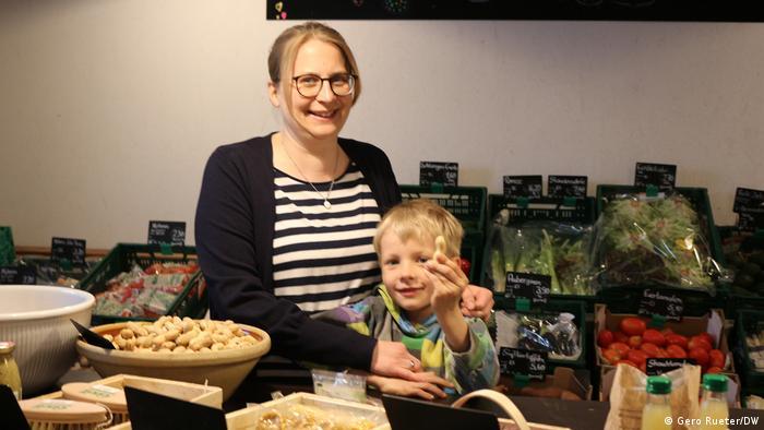 Deutschland Christina Johannsen in ihrem Bio-Hofladen von Sprakebüll mit Sohn Klaas