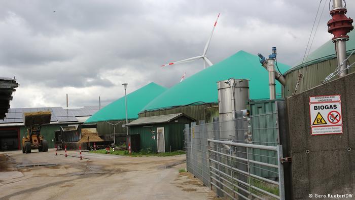 Biogasanlage von Sprakebüll und im Hintergrund ein Windrad und PV auf dem Dach