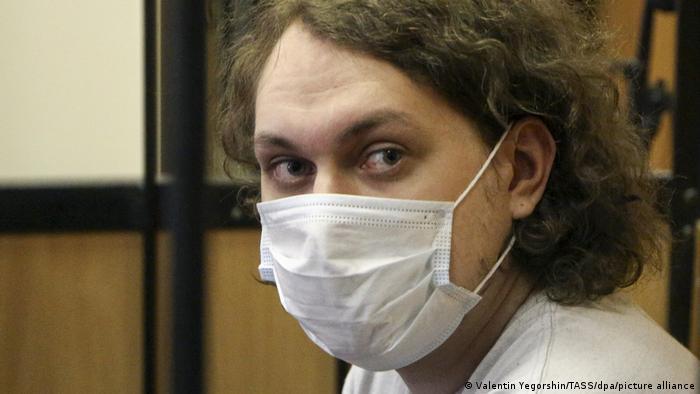 Видеоблогер Юрий Хованский в медицинской маске