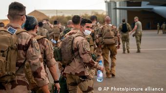 Des soldats de l'opération Barkhane quittent leur base à Gao au Mali.