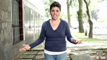 La Kikis ist eine der bekanntesten Stand up Comedians in Mexiko. Sie fing vor 10 Jahren an ihre Witze und Alltagsbeobachtungen öffentlich zu erzählen. Kikis lebt lesbisch und nimmt mit ihrem Humor die Probleme und Widersprüche von Frauen und der LGBT-Community, aber auch die Klischees und Vorurteile der Mehrheitsgeselleschaft auf die Schippe. Fotograf: DW (Stills aus einer DW eigenen Reportage) Rechte: Verwendung nur im Zusammenhang mit der Sendung Fuerza latina Schlagwörter: La Kikis, Karla Léon, Mexiko, Stand up Comedian, lesbisch, LGBT