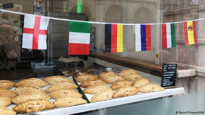 England G7-Treffen Auslage einer Bäckerei in St. Ives mit G7 Pasteten