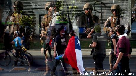 Soldados vigilan el paso de manifestantes en Santiago de Chile.