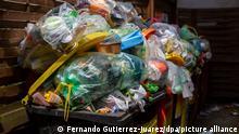 Überfüllte Müllcontainer stehen in einem Hinterhof. (zu dpa «30 Jahre Mülltrennung - Entsorger fordern bessere Plastikverpackungen» vom 09.06.2021) +++ dpa-Bildfunk +++