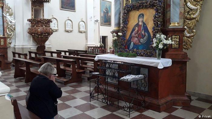 Виктория молится перед иконой Богоматери в Тракае под Вильнюсом