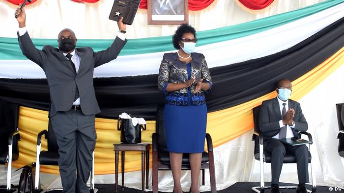 Novo secretário de Estado de Cabo Delgado, António Supeia, recebe símbolos do poder das mãos de Ana Comoana, ministra da Administração Estatal e Função Pública